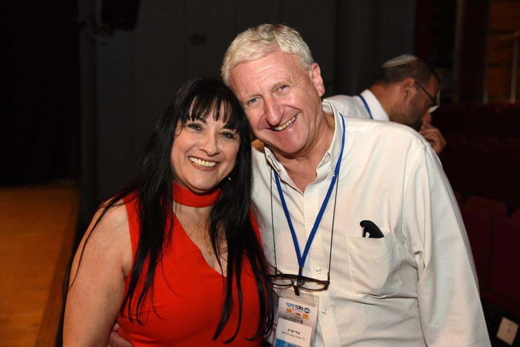 אריק ורדי וג'ינה פלד בכנס השפלה